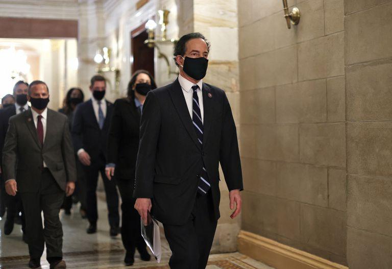Anggota Kongres Jamie Raskin berada di latar depan, memimpin tim pemakzulan, yang merupakan kelompok anggota parlemen yang akan dituntut selama proses Trump.