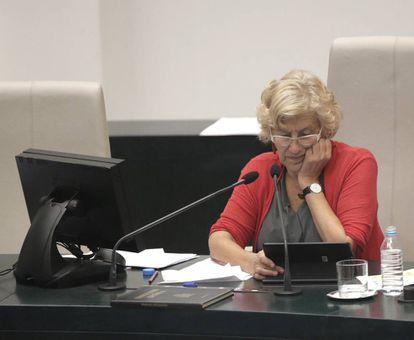 La alcaldesa Manuela Carmena en el pleno del Ayuntamiento de este miércoles.
