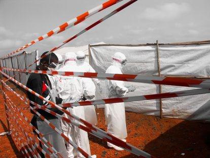 Varios sanitarios de Médicos Sin Fronteras trabajan durante el brote de fiebre Marburg declarado en Uige, Angola, en 2005.