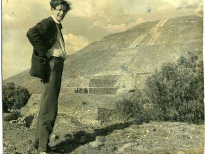 Mathias Goeritz en Teotihuacan, 1957.