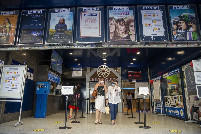 Dos espectadoras salen de una sesión del Cine Paz en Madrid.