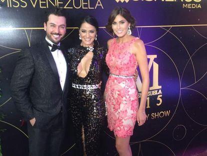 De izqda. a dcha. el dentista Víctor Sánchez, la actriz y primera finalista del Miss Venezuela 1999 Norkys Batista, y la Miss Universo 2013 Gabriela Isler, durante la fiesta de Miss Venezuela 2015.