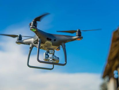 Con un simple WhatsApp, una enfermera o doctor puede pedir a Zipline la sangre que necesita, que se entregará gracias a un dron.