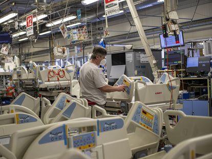 Un trabajador ensambla camas de hospital en la fábrica de Linet en Slany, República Checa, el pasado 5 de marzo.