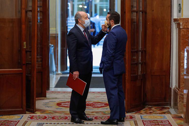 El ministro de Justicia, Juan Carlos Campo, conversa con el portavoz de Ciudadanos, Miguel Gutiérrez, en un pasillo del Congreso.