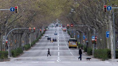 Aspecto poco habitual de la Gran Vía de Barcelona con poco tráfico, durante el duodécimo día del estado de alarma decretado por el Gobierno por la pandemia de coronavirus.