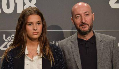 Dora Postigo con su padre, el músico Diego Postigo, en septiembre de 2018.