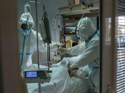 Trabajadores sanitarios atienden a un paciente con coronavirus en la UCI del Hospital Cosaga de Ourense el 19 de febrero.