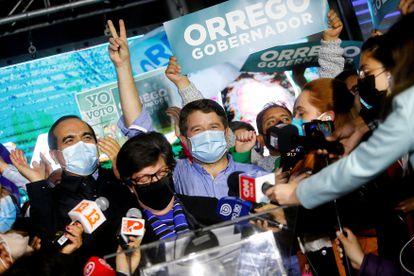 El electo gobernador, Claudio Orrego, celebra su victoria en Santiago de Chile.