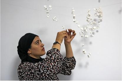 """Safaa Erruas artista de la exposición Trilogía Marroquí que participará en el taller """"Tejiendo en colectivo"""" dentro del programa Entretanto."""