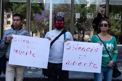 Manifestantes a las puertas del Instituto Mexicano del Seguro Social (IMSS) contra el desabasto de medicamentos para el VIH, en Ciudad de México, el 28 de febrero de 2020.