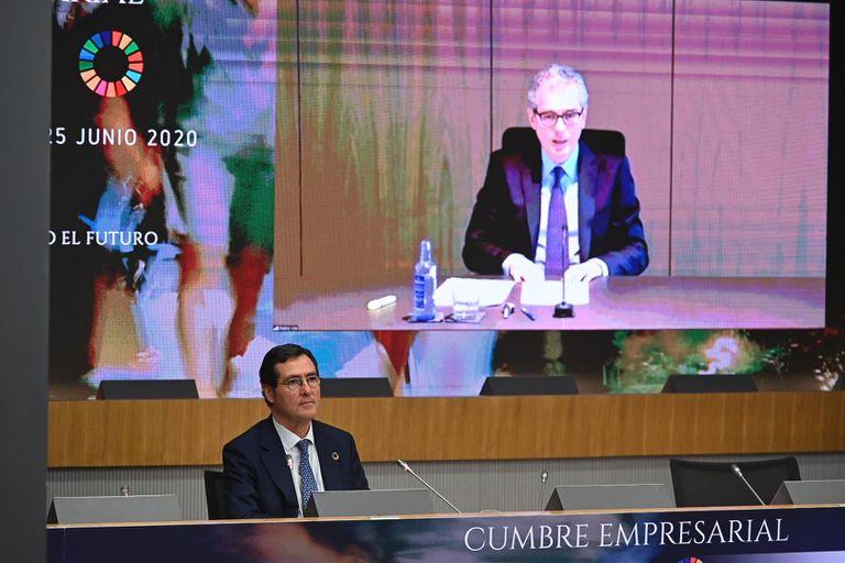 El presidente de la CEOE, Antonio Garamendi, durante la intervención de Pablo Isla en la primera jornada de la cumbre empresarial organizada por la patronal.