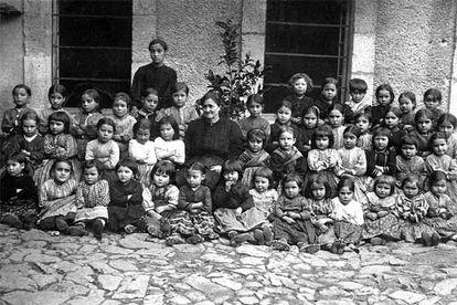 Mogarraz, 1920. Josefa Herrero con sus compañeros y su maestra (Efe).