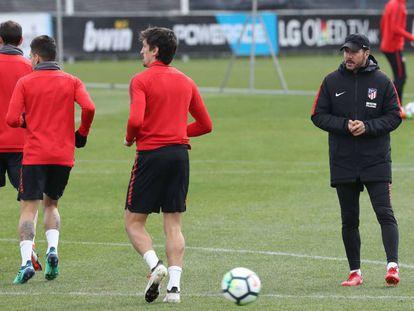 Simeone observa a sus jugadores durante el último entrenamiento del Atlético.