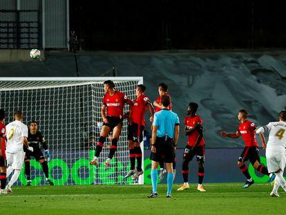 Sergio Ramos marca de falta el segundo gol del Madrid ante el Mallorca.