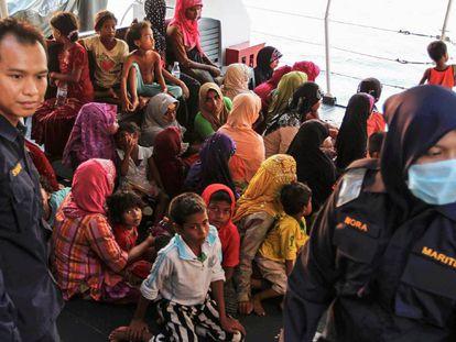 Refugiados de la minoría musulmana rohinyá llegan al puerto de Kuala Kedah en Malasia en abril de 2018.