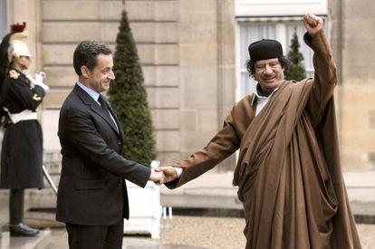 Nicolas Sarkozy recibe a Gadafi en el Elíseo en 2007.