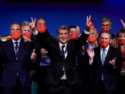 Joan Laporta celebra junto a miembros de su candidatura, Estimem el Barça, la victoria en las elecciones presidenciales del Barcelona.