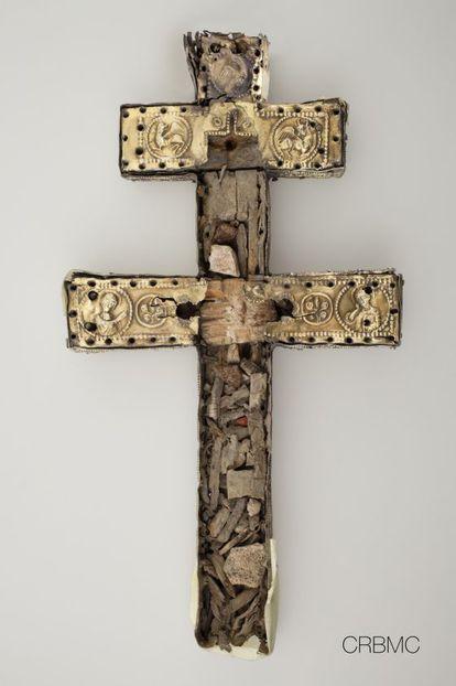 Fotografía de la cruz de Anglesola con todas las reliquias del interior.
