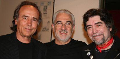 José Emilio Berry Navarro (centro) fue mánager de Paco de Lucía 35 años. Lleva 46 representando a Joan Manuel Serrat (izquierda) y también conduce la carrera de Joaquín Sabina (derecha). La imagen fue tomada en 2007.