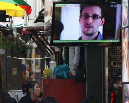 Una televisión en Hong Kong muestra imágenes de Snowden.