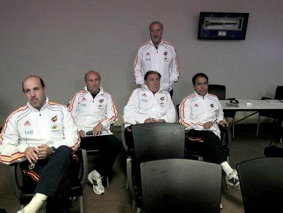 De izquierda a derecha: José Manuel Ochotorena, entrenador de los porteros, Paco Jiménez, Toni Grande, segundo entrenador y Javier Miñano, preparador físico. Detrás, Vicente del Bosque.