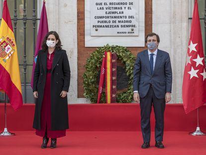Isabel Díaz Ayuso y José Luis Martínez-Almeida en la Puerta del Sol durante el homenaje a las víctimas del 11 de marzo.