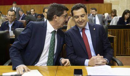 El presidente de la Junta de Andalucía, Juanma Moreno (derecha), junto al vicepresidente, Juan Marín (iizquierda), en el Parlamento andaluz.