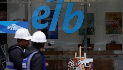 Dos trabajadores, frente a una empresa de telecomunicaciones de Bogotá.