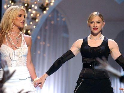 Britney Spears y Madonna, durante los premios MTV en 2003.