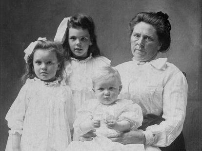 Belle Gunnes con (de derecha a izquierda) sus hijos Lucy, Myrtle y Philip, en 1904.