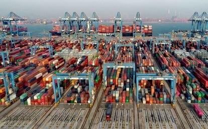 Contenedores apilados en el puerto de Qingdao, en la provincia china de Shandong.