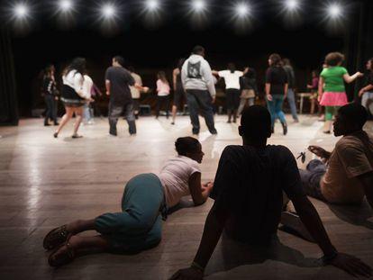 Adolescentes en el teatro.