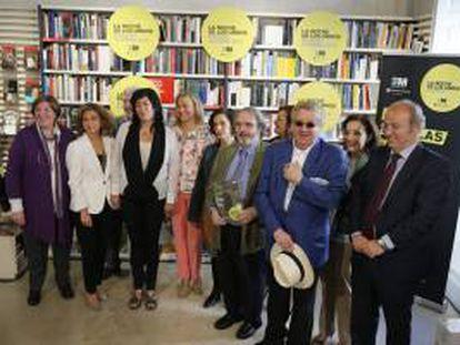 Momento de la presentación de la VIII edición de La Noche de los Libros, cita para la que se organiza una batería de actividades coincidiendo con el Día Internacional del Libro, el 23 de abril, y que contó con la presencia, entre otros, de los escritores Almudena Grandes (3i), Jon Juaristi (4d) y Luis Antonio de Villena (3d).