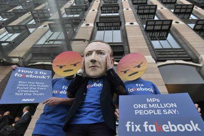 Una persona protesta frente a Portcullis House en Westminster, Londres, como protesta por la comparecencia de Mike Schroepfer, CTO Facebook, ante el Parlamento.