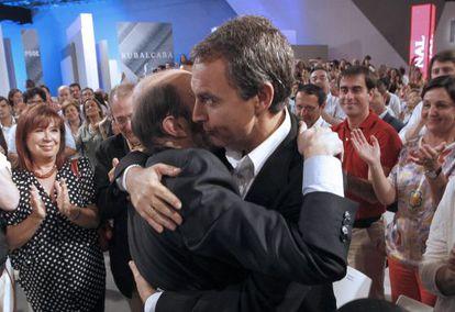 Rubalcaba y Zapatero se abrazan en el acto de proclamación del candidato.