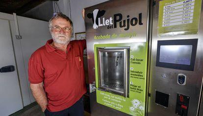 El ganadero catalán, Pep Alsina, con su máquina expendedora de leche cruda