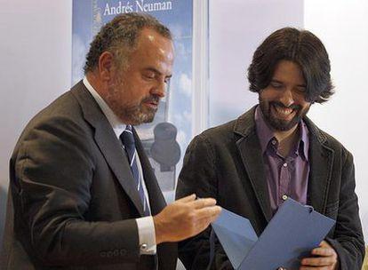 Andrés Neuman, a la derecha, recibe el Premio Santillana de manos de Ignacio Polanco, presidente del Grupo PRISA.