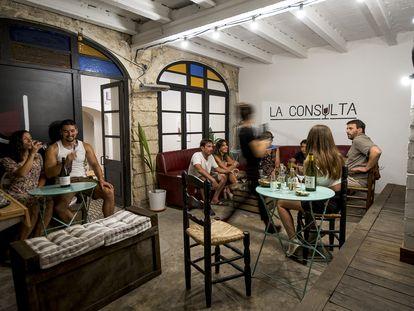 Clientes en el el bar de vinos La Consulta en Banyoles.