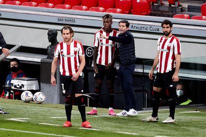 Marcelino da instrucciones a Nico Williams antes de su debut con el Athletic