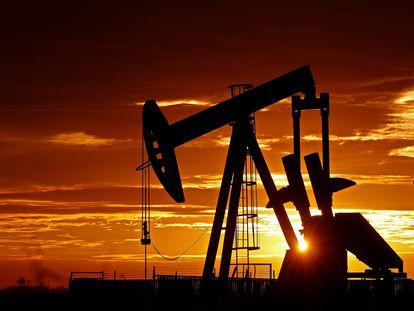 Una bomba petrolífera en funcionamiento al amanecer cerca de la población tejana de Midland, Estados Unidos.