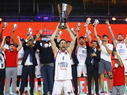 Dogus Balbay levanta el trofeo que proclama a Efes campeón de la Euroliga.