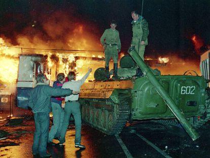 Tres civiles increpan a soldados soviéticos, en Moscú, el 21 de agosto de 1991.