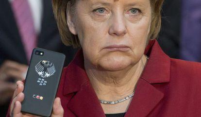 Angela Merkel con un teléfono móvil.