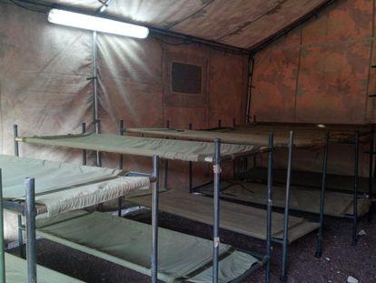 Interior de las tiendas del nuevo campamento para migrantes en Gran Canaria, en el antiguo polvorín de Barranco Seco.
