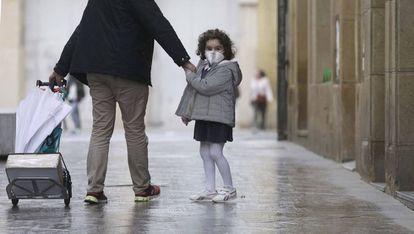 Una niña en la Parte Vieja de San Sebastian.