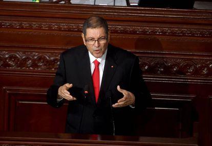 Habib Essid durante su intervención en el Parlamento tunecino durante la moción de confianza