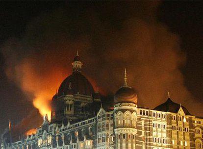 El hotel Taj Mahal de Bombay en llamas durante el ataque terrorista de noviembre pasado.