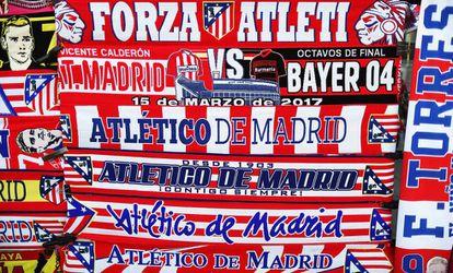 Las bufandas que se venden en las afueras del Vicente Calderón