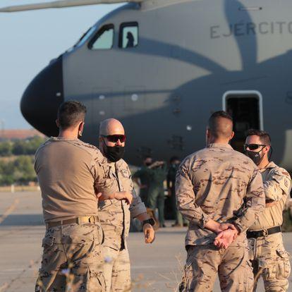 Militares antes de subir al avión que ha despegado de Dubái a Kabul para evacuar a los españoles y colaboradores en Afganistán, en la base aérea de Al Minhad en Dubái, a 18 de agosto de 2021, en Dubái (Emiratos Árabes). Este es el primer avión de las fuerzas armadas españolas que vieja desde Dubái, a donde llegó este martes por la mañana, hasta Kabul para recoger a los empleados de la embajada española en Afganistán y a afganos que colaboraron con el ejército español durante los casi 20 años de presencia militar de la OTAN en el país. El vuelo viaja con el permiso slot, otorgado por los Estados Unidos para controlar el aeropuerto de Kabul y facilitar la evacuación. Estas personas serán evacuadas, después de que la capital de Afganistán, Kabul, cayese en manos de los talibanes este lunes. 18 AGOSTO 2021;EMIRATOS ÁRABES;MILITARES;AFGANISTÁN;TALIBANES;KABUL;ESPAÑOLES Moncloa / Álvaro López 18/08/2021